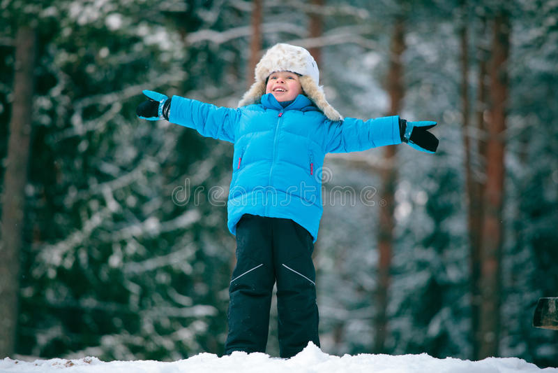 Verticale d'un petit garçon jouant à l'extérieur dans une victoire images stock
