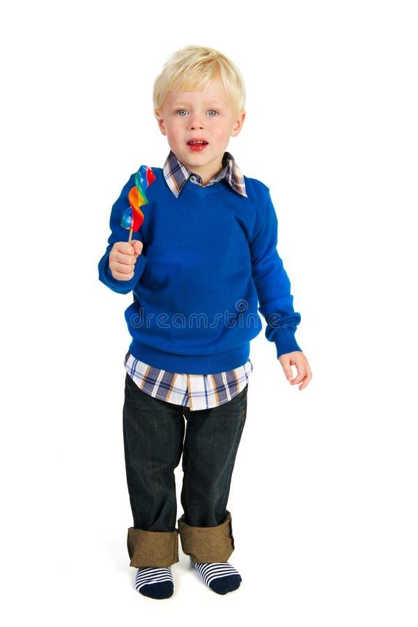 Verticale d'un petit garçon mangeant une sucette photo stock