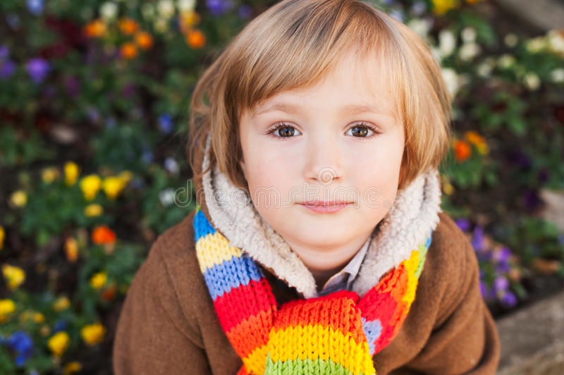 Verticale d'un petit garçon mignon photo libre de droits