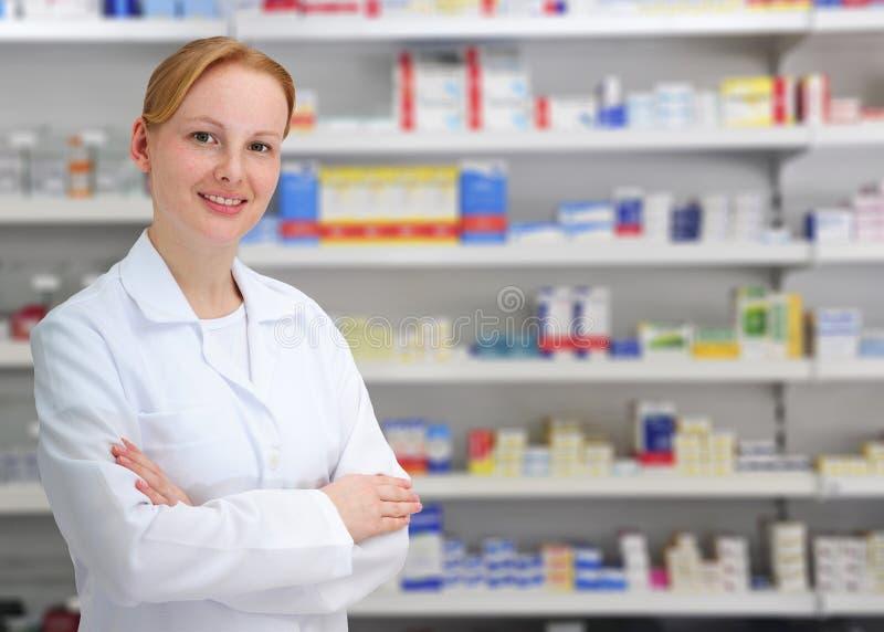 Verticale d'un pharmacien féminin images stock