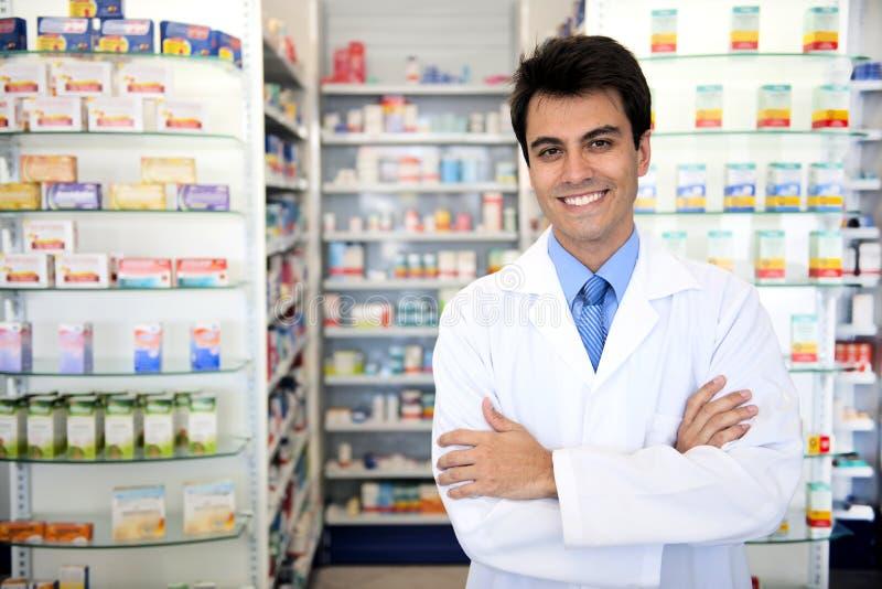 Verticale d'un pharmacien mâle à la pharmacie images stock