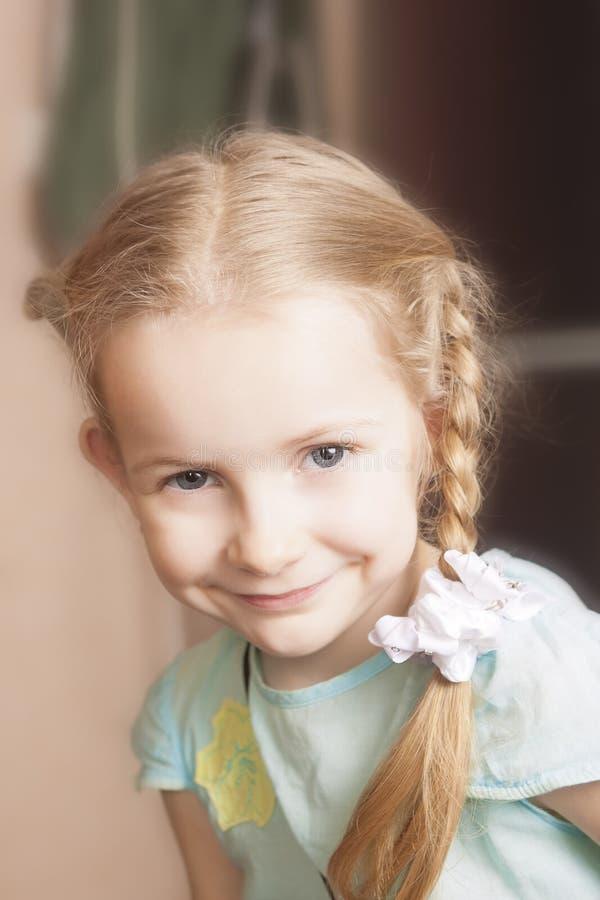 Verticale d'un sourire blond mignon de petite fille photo stock