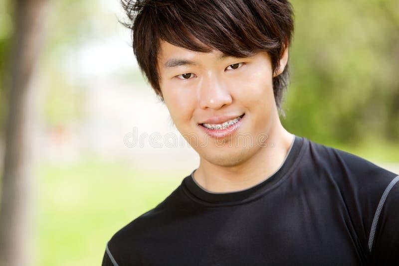 Verticale d'un sourire de jeune homme photos libres de droits