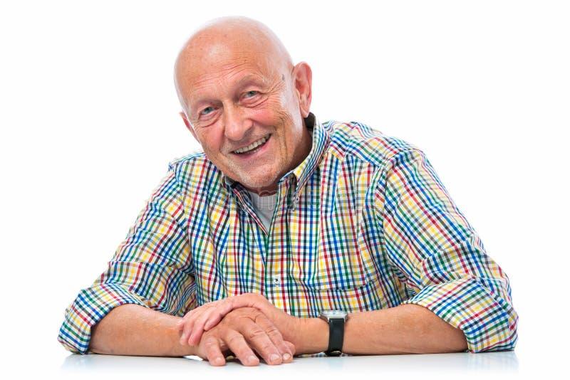 Verticale d'un sourire heureux d'homme aîné photographie stock