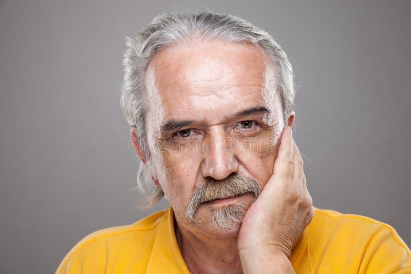 Verticale d'un vieil homme images libres de droits