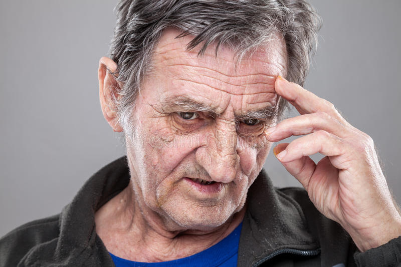 Verticale d'un vieil homme photo libre de droits