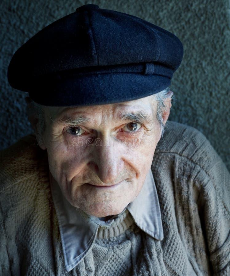 Verticale d'un vieil homme aîné amical images libres de droits