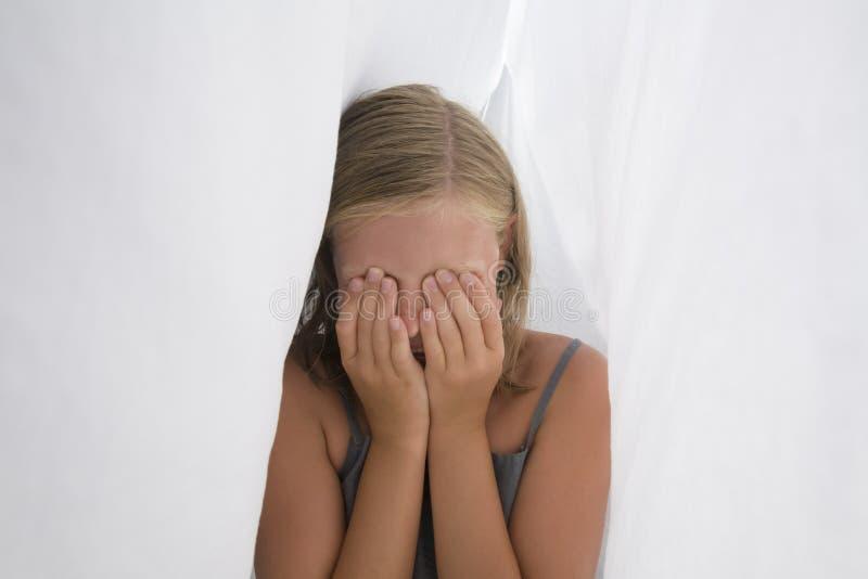 Verticale d'une adolescente timide photographie stock libre de droits