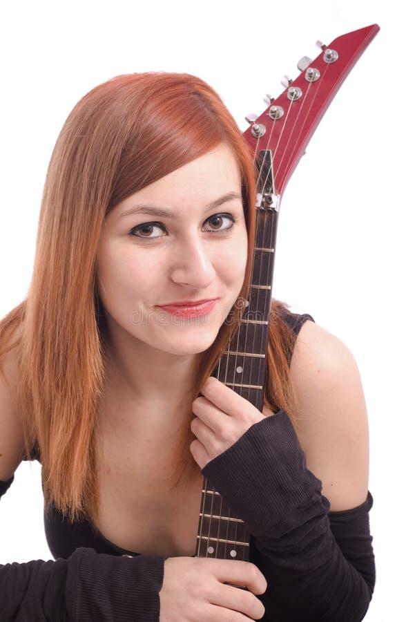 Verticale d'une belle adolescente avec la guitare photo stock