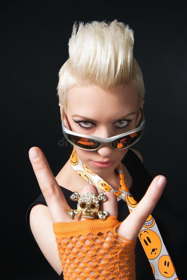 Verticale d'une belle blonde images libres de droits