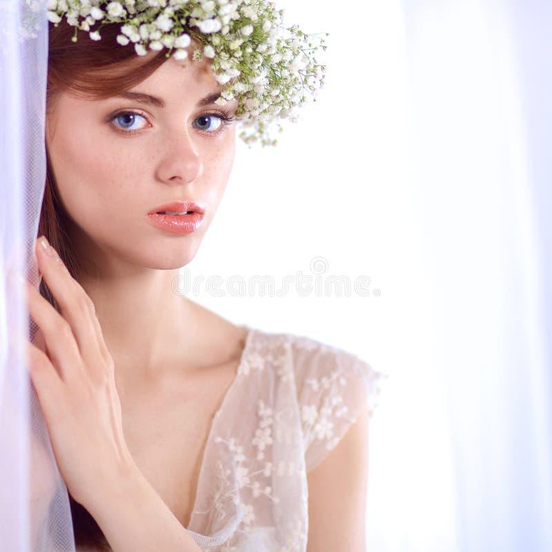 Verticale d'une belle femme avec des fleurs dans son cheveu photos stock