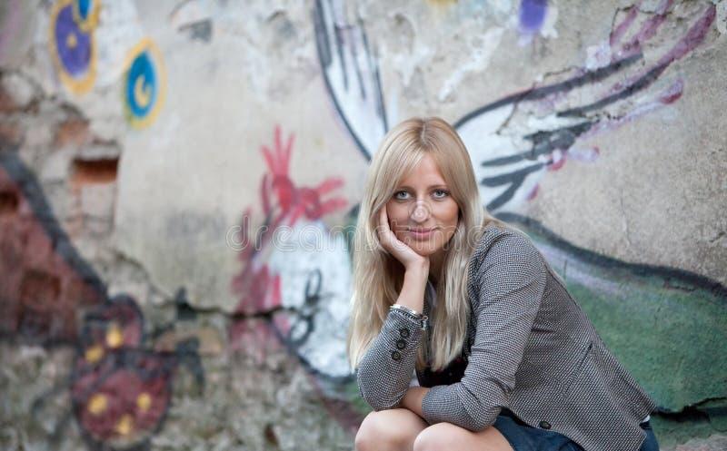 Verticale d'une belle femme blonde photographie stock libre de droits