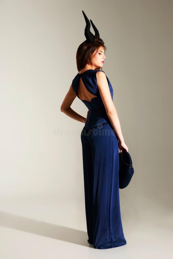 Download Verticale D'une Belle Femme Dans La Robe Bleue Photo stock - Image du klaxons, fille: 45372268