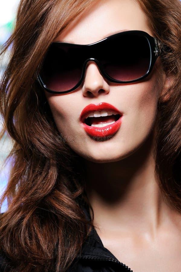 Verticale d'une belle femme de mode de sensualité images libres de droits