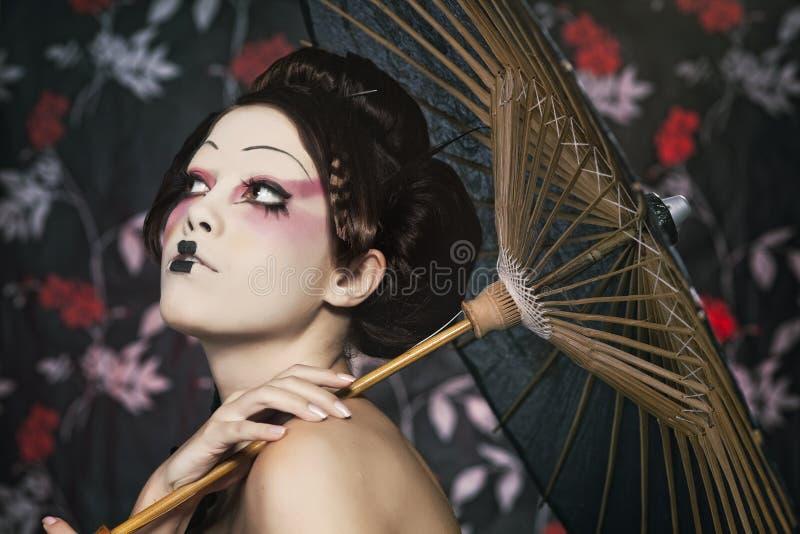 Verticale d'une belle fille blanche dans le type de geisha photos stock