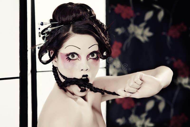 Verticale d'une belle fille blanche dans le type de geisha images libres de droits
