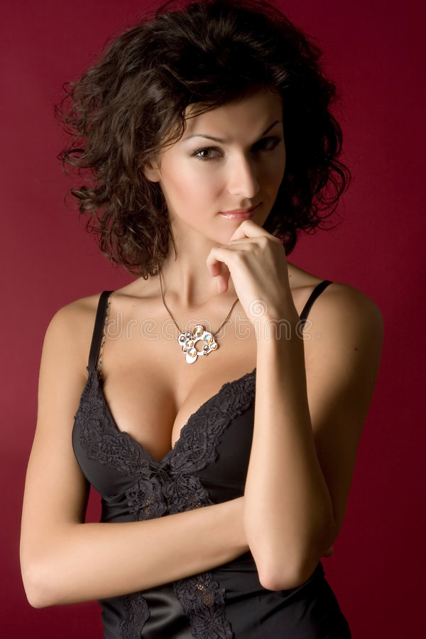 Verticale d'une belle fille dans le studio photos stock