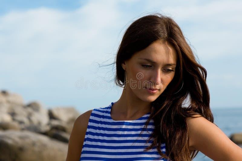 Verticale d'une belle fille songeuse photos libres de droits