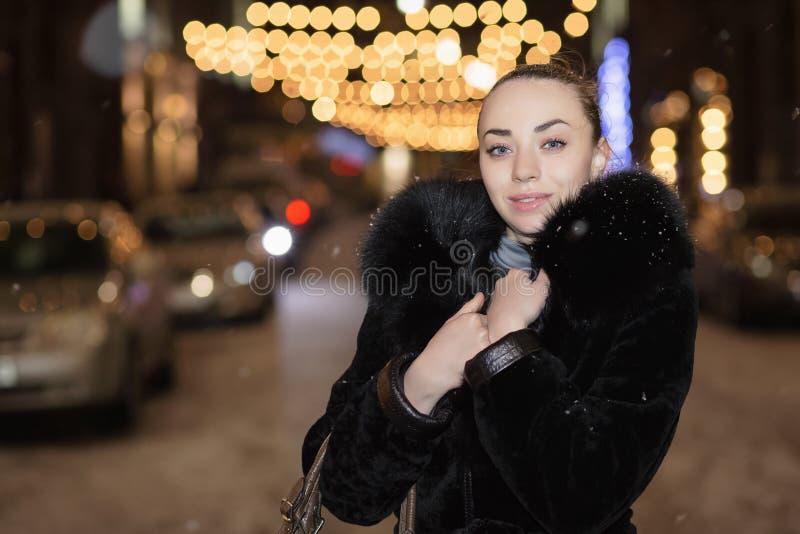 Verticale d'une belle jeune dame photos stock