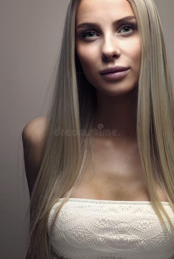 Verticale d'une belle jeune femme avec le cheveu blond image stock