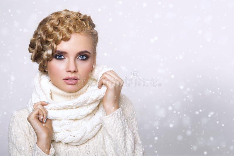 Verticale d'une belle jeune femme blonde photo stock