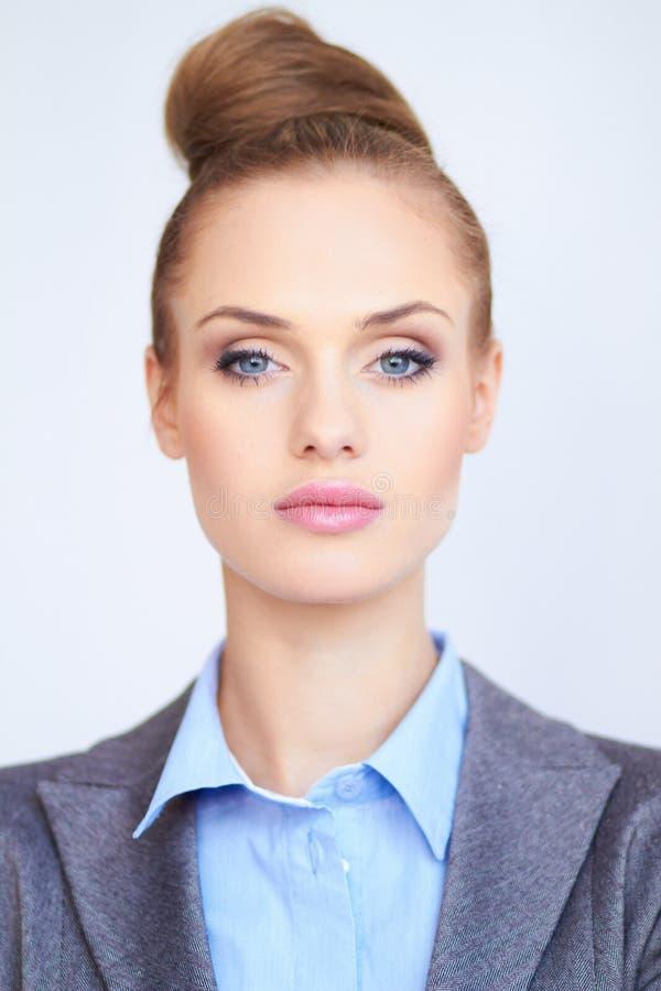 Verticale d'une belle jeune femme d'affaires photo libre de droits