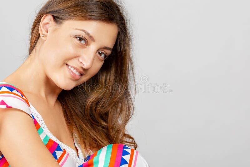 Verticale d'une belle jeune femme Fin femelle de visage vers le haut photos stock
