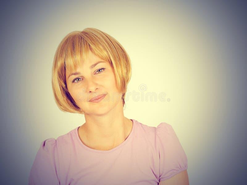 Verticale d'une belle jeune femme Fin-u de sourire de fille blonde images libres de droits