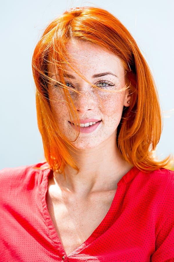 Verticale d'une belle jeune femme rousse photographie stock libre de droits