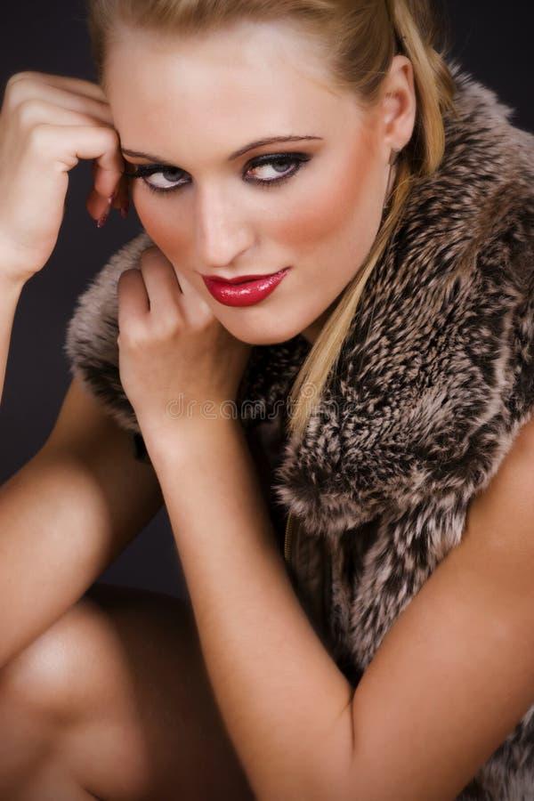 Verticale d'une belle jeune femme sexy photo stock