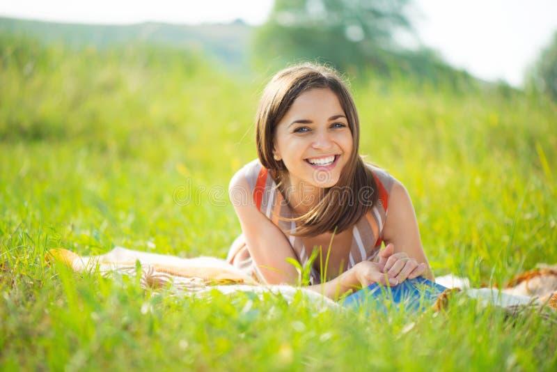 Verticale d'une belle jeune fille de sourire photos libres de droits