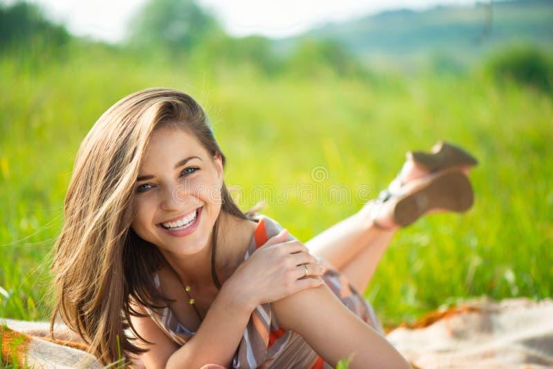 Verticale d'une belle jeune fille de sourire image stock