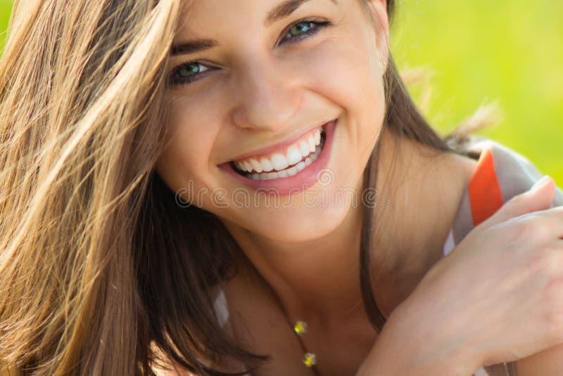 Verticale d'une belle jeune fille de sourire photographie stock