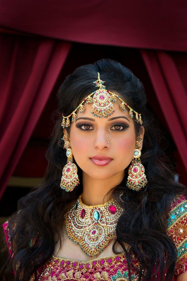 Verticale d'une belle mariée indienne photos stock