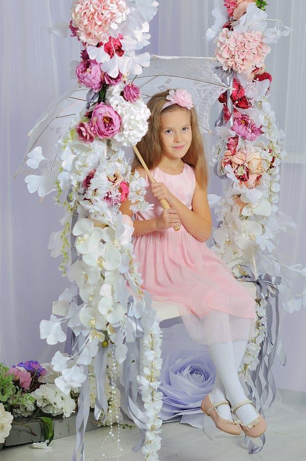 Verticale d'une belle petite fille photo libre de droits
