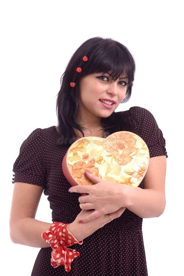 Verticale d'une dame avec le cadre de cadeau rouge photos libres de droits