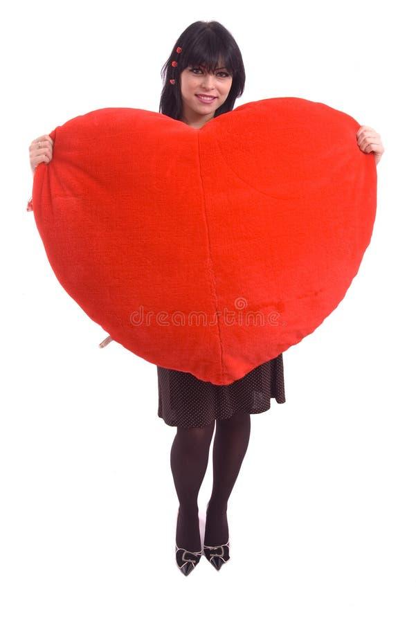 Verticale d'une dame retenant le grand coeur rouge de peluche photo stock