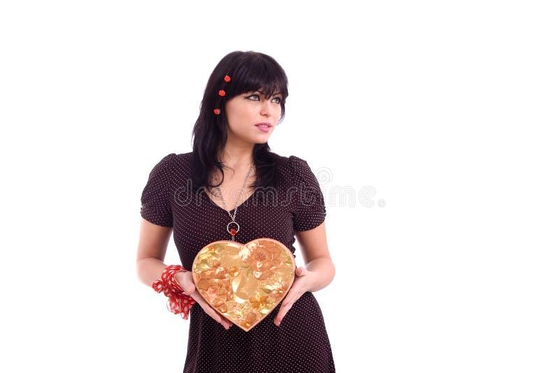 Verticale d'une dame retenant un cadre de cadeau rouge image stock