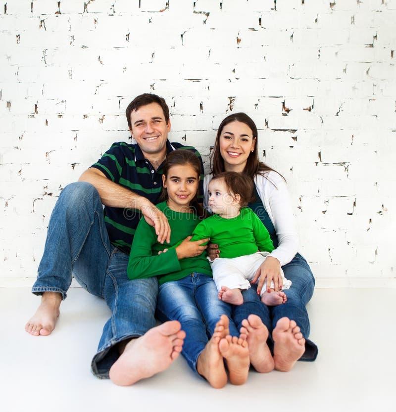 Verticale d'une famille de sourire heureuse images stock