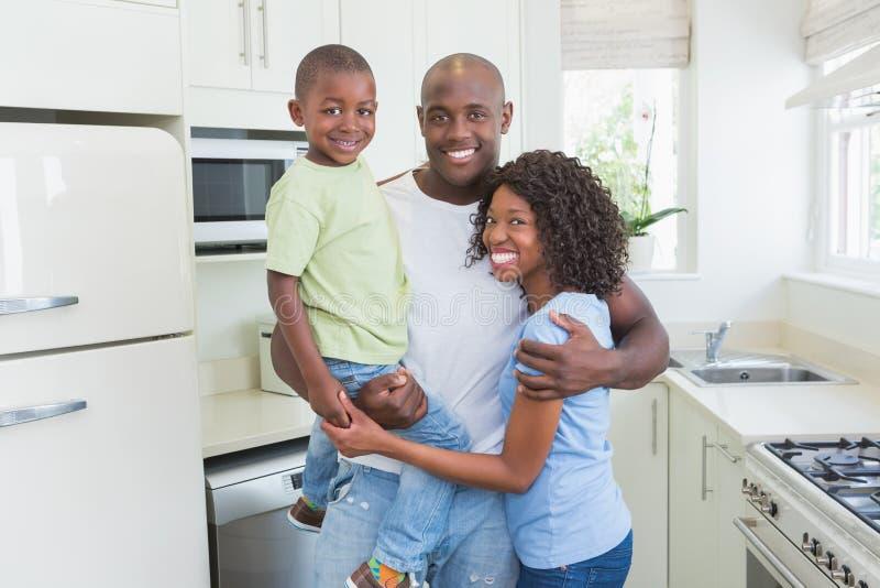 Download Verticale D'une Famille De Sourire Heureuse Image stock - Image du demeure, famille: 56484953