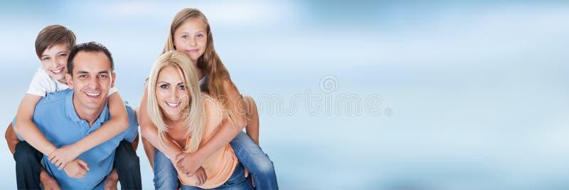 Verticale d'une famille heureuse image libre de droits