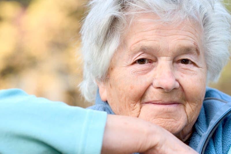 Verticale d'une femme âgée photo libre de droits