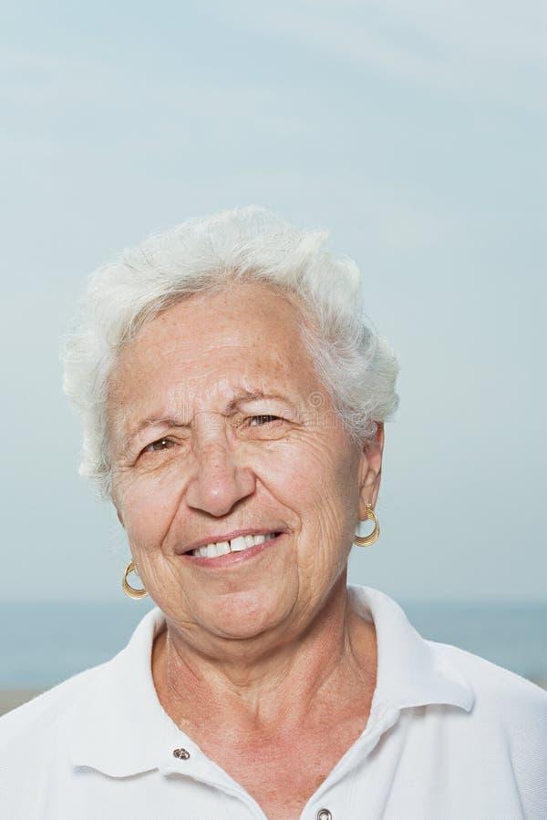 Verticale d'une femme aînée image stock