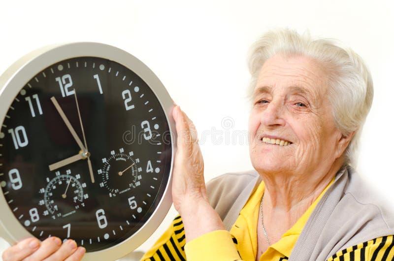 Verticale d'une femme aînée heureuse photo libre de droits