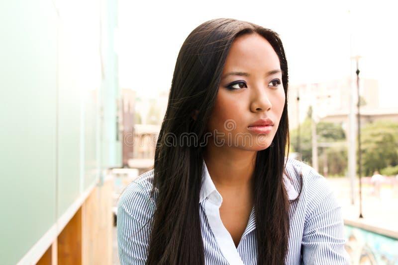 Verticale d'une femme asiatique attirante d'affaires photo stock