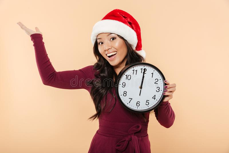 Verticale d'une femme asiatique heureuse photo libre de droits