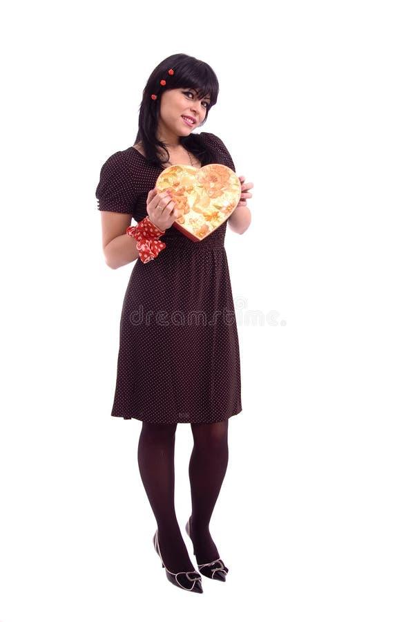 Verticale d'une femme avec le cadre de cadeau rouge image stock