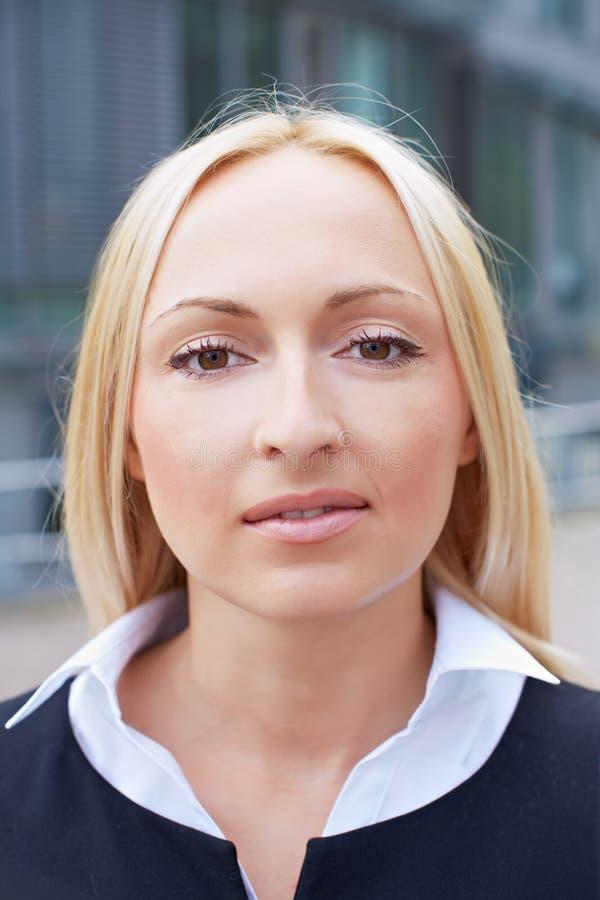 Verticale d'une femme blonde d'affaires photo libre de droits