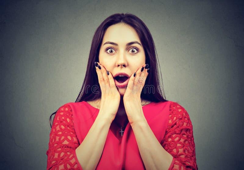 Verticale d'une femme choquée photographie stock libre de droits