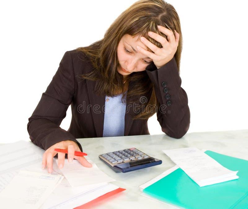 Verticale d'une femme d'affaires avec une calculatrice image stock